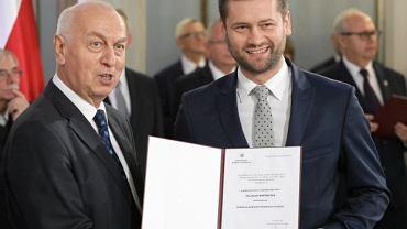 Wojciech Bortniczuk (Porozumienie) z przewodniczącym Państwowej Komisji Wyborczej Wiesławem Kozielewicz, podczas odbioru zaświadczenia o wyborze na posła