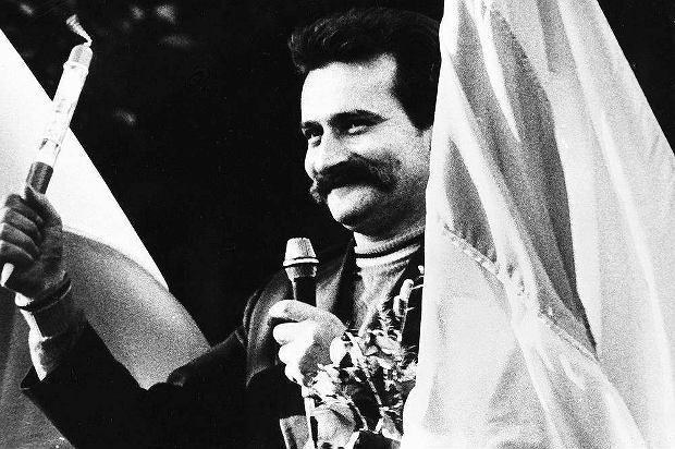 Lech Walesa na bramie zakładu - ze słynnym długopisem, którym podpisał porozumienia sierpniowe. Stocznia Gdańska, sierpień 1980