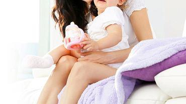 Bliski kontakt z mamą czy tatą działa kojąco na osłabione chorobą dziecko.