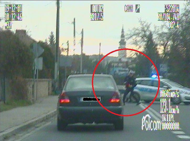 Strzelin. Uciekając przed policją, prawie potrącił funkcjonariusza
