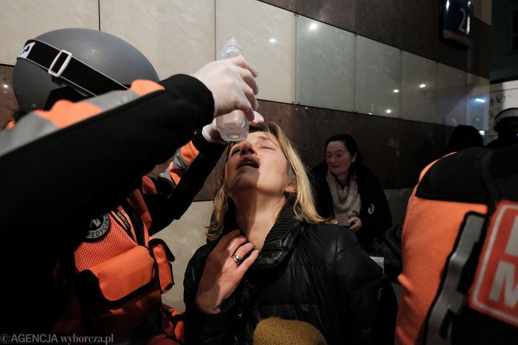 Magdalena Biejat potraktowana przez policję gazem. Strajk Kobiet - manifestacja przeciw zaostrzaniu prawa aborcyjnego. Warszawa, 18 listopada 2020