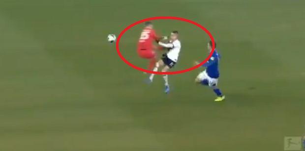Bramkarz Schalke oszalał. Brutalny faul na rywalu. Komentatorzy w szoku [WIDEO]