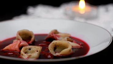 Tradycyjna potrawa wigilijna barszcz z uszkami