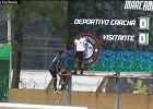 """Niecodzienna """"cieszynka"""" po rzucie karnym. Luis Acuna wspiął się po drabinie i sam zmienił wynik na tablicy"""