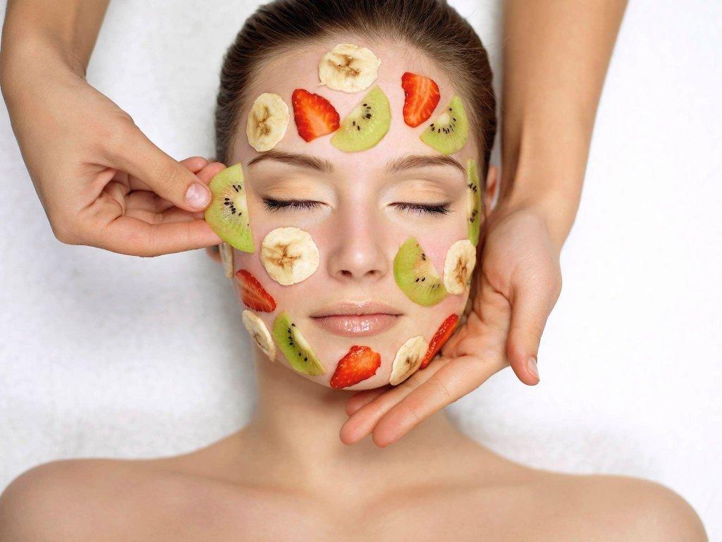 Żółtko zamiast szamponu, płatki owsiane w roli peelingu do twarzy. Erzace z czasów pustych półek w drogeriach, czy wypróbowane od pokoleń naturalne kosmetyki? Zobaczmy, po co faktycznie warto sięgnąć do spiżarni, by pomóc urodzie.