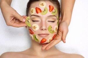 Żółtko zamiast szamponu, płatki owsiane w roli peelingu do twarzy. Czy naturalne metody rzeczywiście pomagają urodzie? Sprawdzamy!