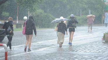 Pogoda. IMGW i Polscy Łowcy Burz ostrzegają przed silnymi burzami z gradem