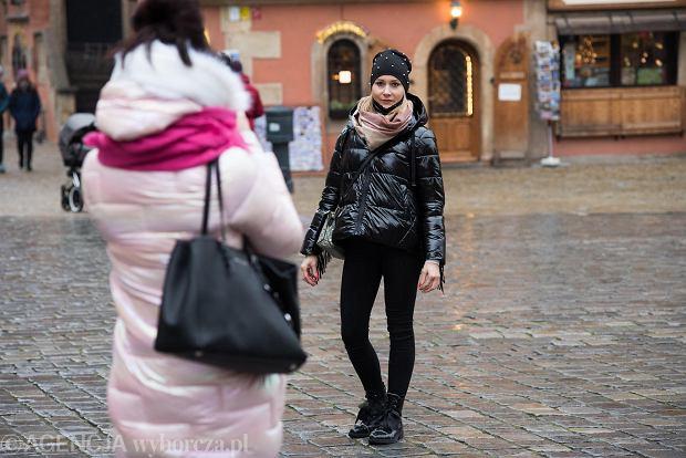 Zdjęcie numer 12 w galerii - Tłumy na Rynku we Wrocławiu. Spacery z jedzeniem na wynos i puszczanie baniek