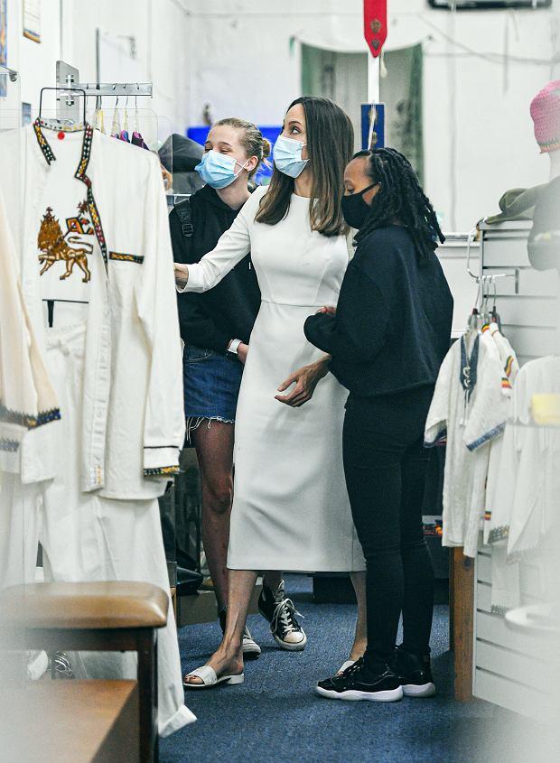 Angelina Jolie z córkami na zakupach