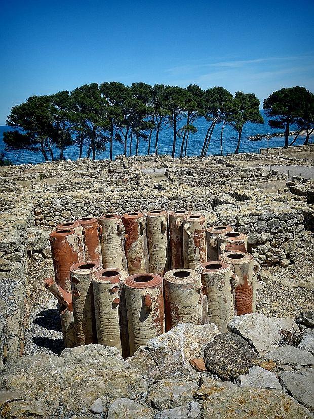 Rury filtrujące wodę pośród ruin w Emporiae