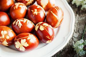Jajka w cebuli. Jak w tradycyjny sposób przygotować jajka na Wielkanoc?