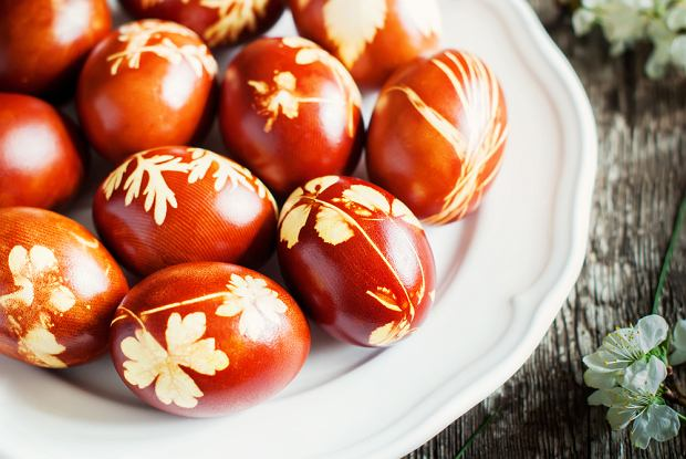 Jajka naturalnie barwione ze wzorkiem liści