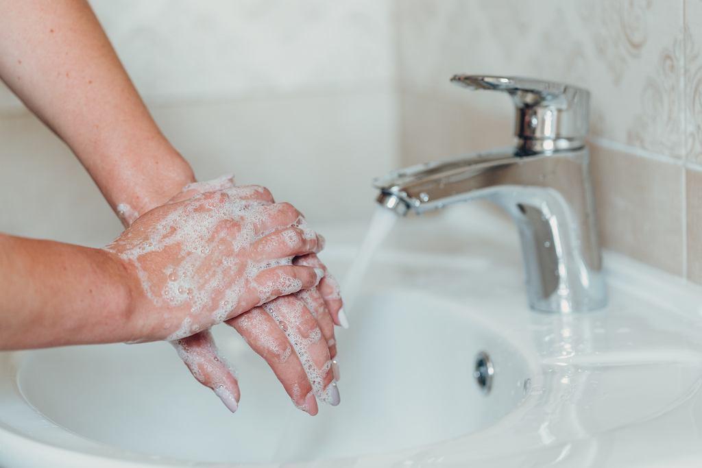 Koronawirus: zapobieganie zakażeniu. Jednym z podstawowych sposobów jest mycie rąk. Czy ma znaczenie, którego mydła będziemy używać?