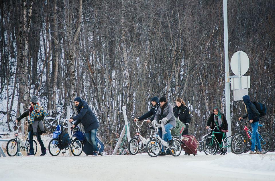 Uchodźcy przekroczyli właśnie granicę rosyjsko-norweską niedaleko Kirkenes, listopad 2015