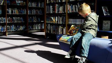 Dziecko z książką. Zdjęcie ilustracyjne