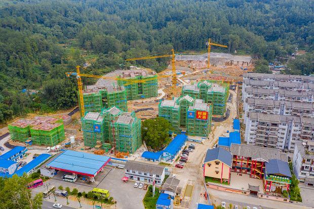 Nowe apartamentowce wznoszone w Wulingyuan (zdjęcie z drona). Do niedawna startupy oferujące ułatwienia w korzystaniu z mieszkań na wynajem przeżywały prawdziwy boom, jednak pojawienie się koronawirusa sprowadziło na ten sektor prawdziwą klęskę.
