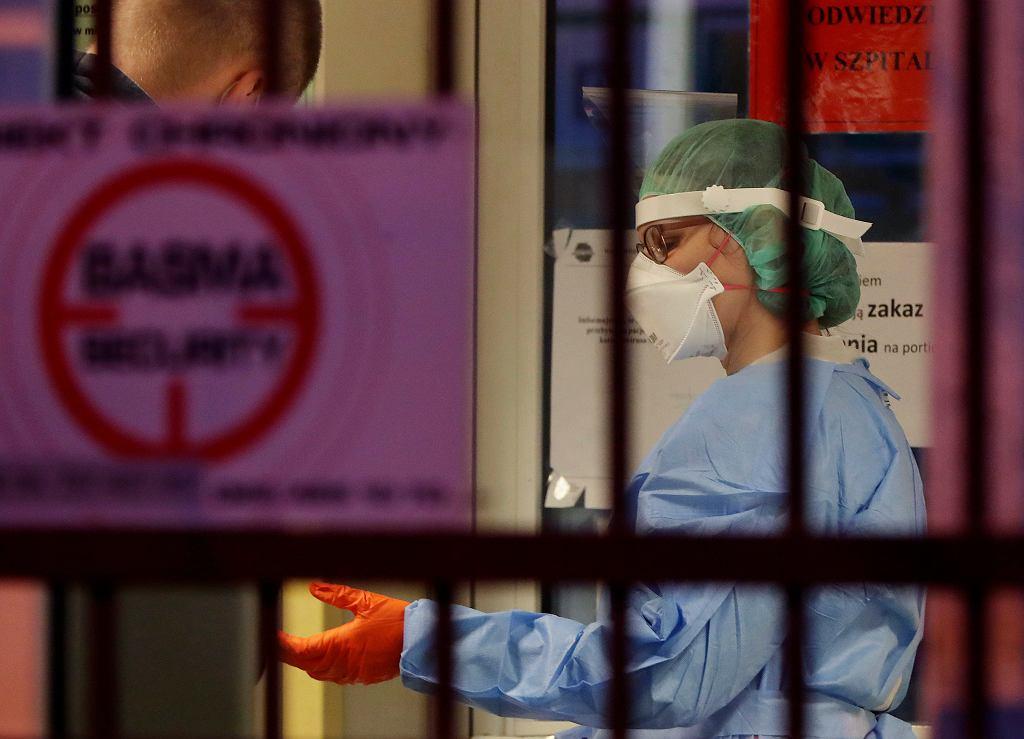 15.03.2020 Warszawa. Pielęgniarka w stroju ochronnym na szpitalnej izbie przyjęć.