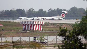 Samolot Bombardier Dash-8 Q400 po wypadku na lotnisku w Mjanmie.