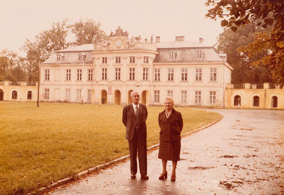 Roman i Janina Czerneccy przed pałacem w Szczekocinach