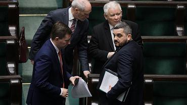 Obrady Sejmu w kwietniu 2020. Od prawej posłowie PiS Jarosław Kaczyński i Krzysztof Sobolewski.