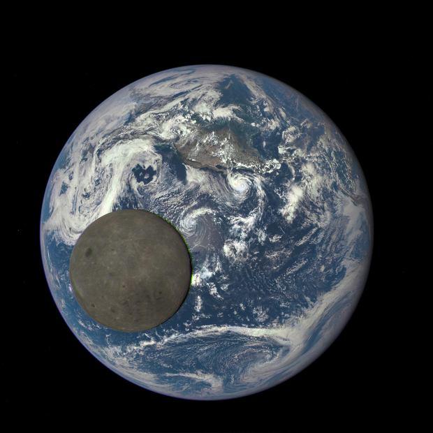 Zdjęcie tranzyty Księżyca na tle Ziemi zrobione z miliona mil