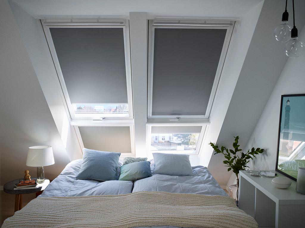 Sypialnia ze skosami - rolety to ważny element aranżacji
