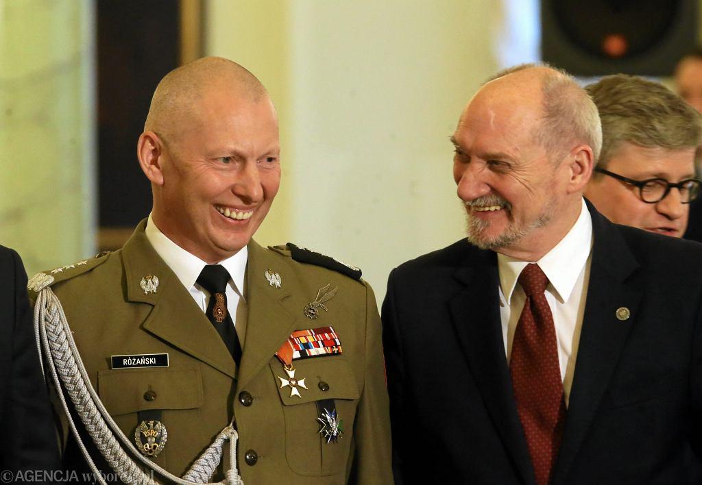 Gen. Mirosław Różański i Antoni Macierewicz. Zdjęcie ilustracyjne