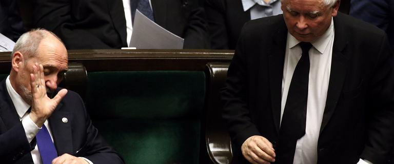 Macierewicz w urodziny Kaczyńskiego: Prowadzi Polskę ku dobrobytowi