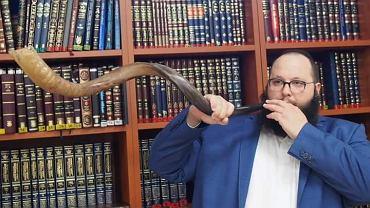 Rabin Szalom Ber Stambler dmący w szofar