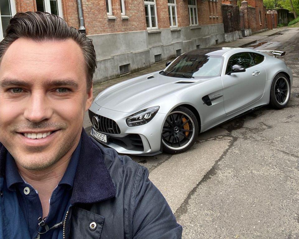 Tomasz Korniejew podczas nagrywania felietonu, którego bohaterem jest Mercedes-AMG GT R