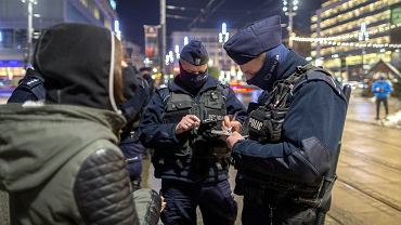 Policja wlepiła 1 maja ponad 3,7 tys. mandatów. Powód: brak maseczki (zdjęcie ilustracyjne)