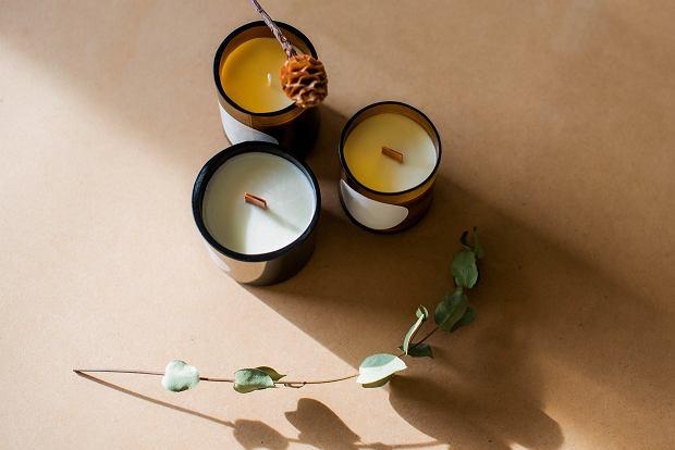 Te świece zapachowe skwierczą jak drewno i pachną obłędnie. Oto 24 hity