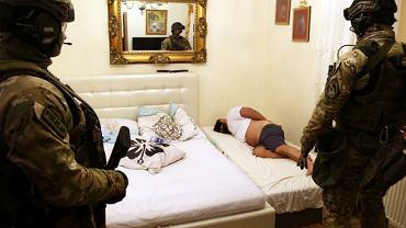 Lekarze pomagali gangsterowi unikać odsiadki 25-letniej kary za zabójstwo. Policja zatrzymała 14 osób