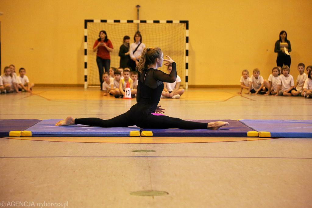 Dziewczęta uwielbiają zajęcia ruchowe przy muzyce