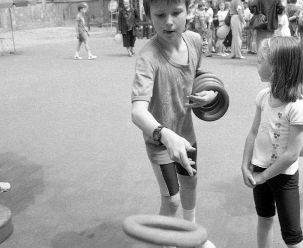Włodzimierz Strzyżewski (1931-2001) powtarzał, że atutem wymyślonej przez niego gry jest możliwość uczestnictwa również najmłodszych dzieci. Konkurencjami w zawodach ringo były mecze trójek wielopokoleniowych, np. dziadek - ojciec - syn, i trójek rodzinnych - rodzice plus dziec