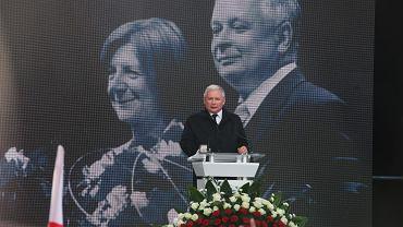 Prezes PiS Jarosław Kaczyński przemawia przed Pałacem Prezydenckim na Krakowskim Przedmieściu podczas 5. rocznicy obchodów katastrofy pod Smoleńskiem