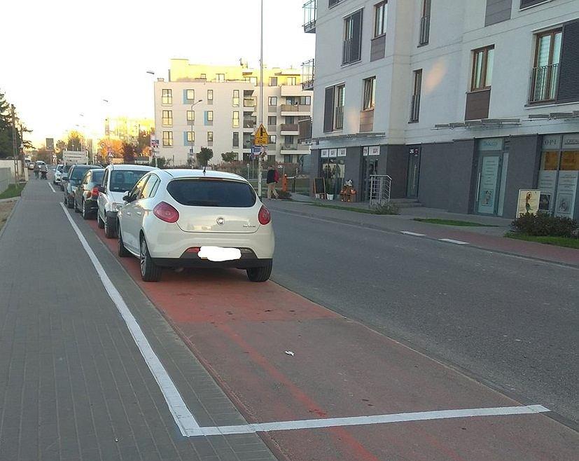 Miejsca parkingowe w miejscu ścieżki przy ul. Batalionów Chłopskich