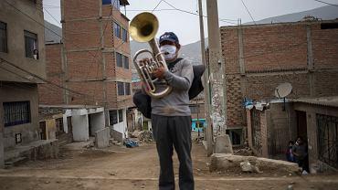 Muzyk Fernando Herrera stracił źródło dochodu z powodu ograniczeń związanych z pandemią koronawirusa. Peru, Lima, 17 lipca 2020 r.