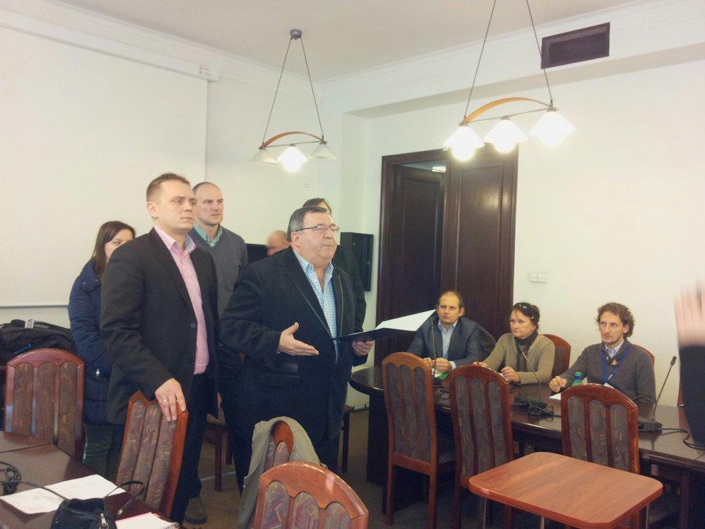 Przedstawiciele łódzkich klubów (z przodu Witold Skrzydlewski z Orła i Paweł Młynarczyk z Widzewa) na posiedzeniu komisji sportu