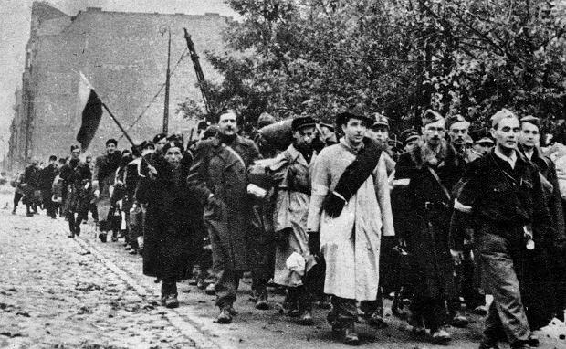 Oddziały Armii Krajowej opuszczają miasto po kapitulacji w 1944 roku (fot. Narodowe Archiwum Cyfrowe)