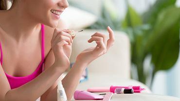 Jak zadbać o swoje paznokcie przed pierwszym dzwonkiem? Podpowiadamy, jaki jest najbardziej modny i subtelny manicure do szkoły