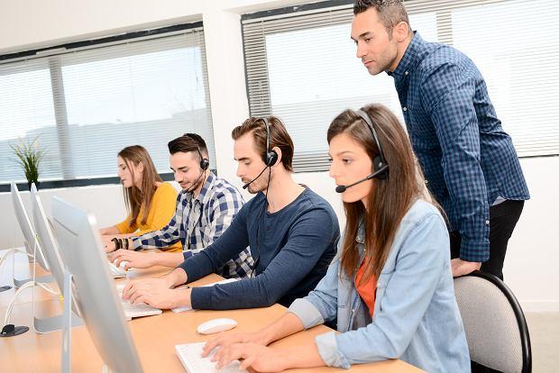 Pracownicy państwowych spółek odbierali telefony covidowej infolinii