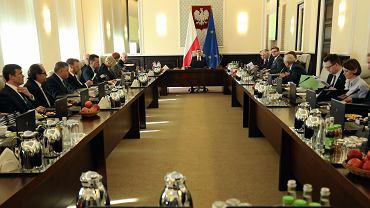 Premier rządu PiS Mateusz Morawiecki prowadzi posiedzenie gabinetu. Warszawa, KPRM, 20 lutego 2018