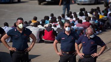 Zdesperowani Włosi grożą, że zamkną porty przez niewłoskimi łodziami i nie przyjmą uchodźców na teren swojego kraju