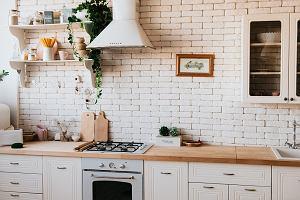 Kuchnia biała z drewnem: inspiracje i pomysły na modny wystrój 2020