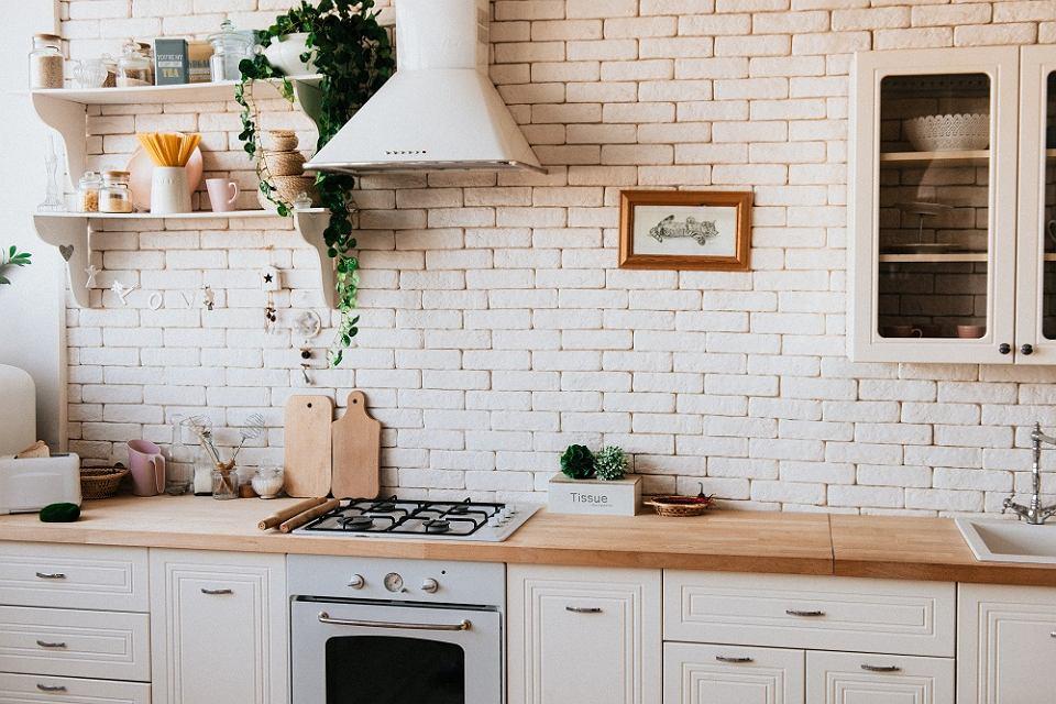 Kuchnia biała z drewnem: inspiracje