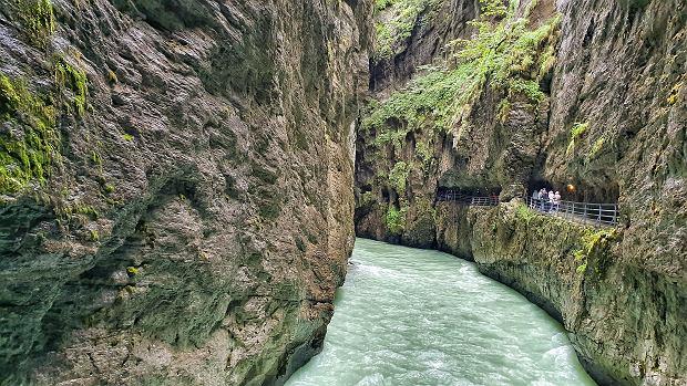 Spacer przez wąwóz rzeki Aare
