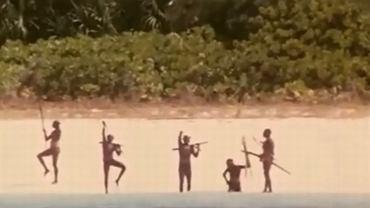 Kadr z filmu dokumentującego jedną z prób nawiązania kontaktu z wrogo usposobionymi tubylcami