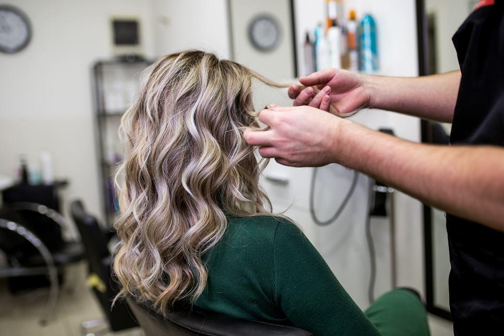 Modne kolory włosów 2021. Te fryzury są prawdziwym hitem i odmładzają (zdjęcie ilustracyjne)