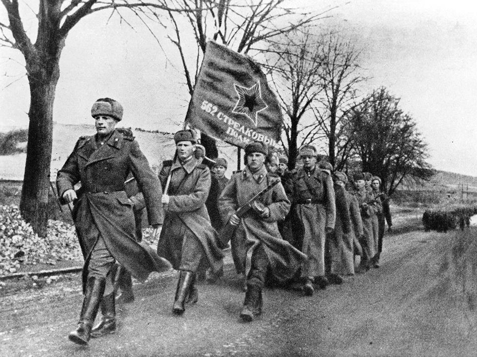 Armia Czerwona maszeruje przez zajęte tereny. Luty 1945.